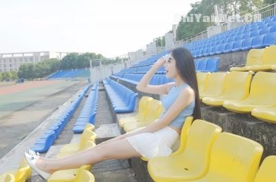校园操场上的短裙美女