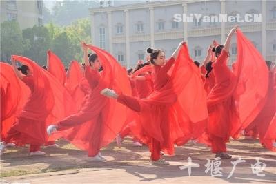大学运动会开幕式创意百出 千人集体舞登场